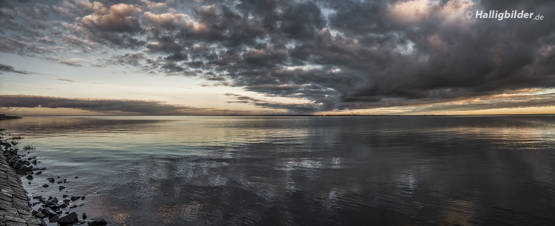 Blick von der Hallig-Steinkante übers Wattenmeer, am Horizont li. Insel Amrum, re. Insel Föhr
