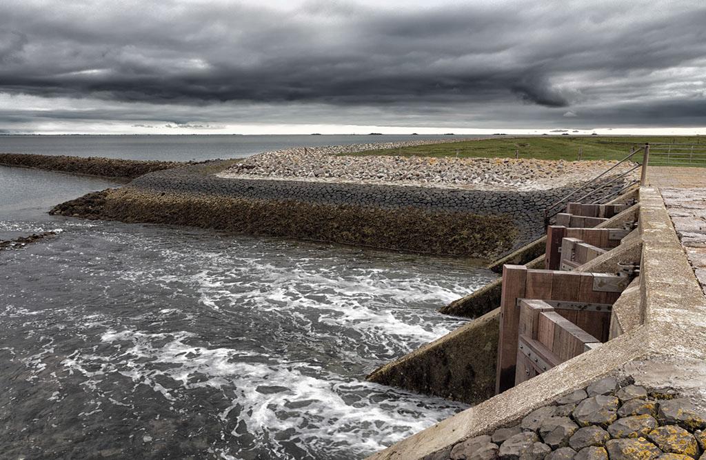 Hallig-Schleuse: die Flut schließt die Tore, bei Ebbe öffnen sie sich und die Halligpriele können ins Meer entwässern
