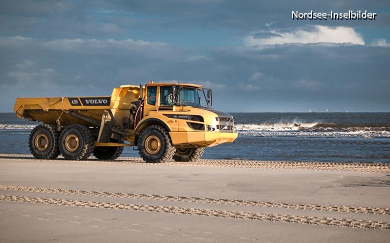 | Nordseeinseln | Wangerooge | ...Lkw's transportieren den Sand vom Osten der Insel zum Hauptstrand