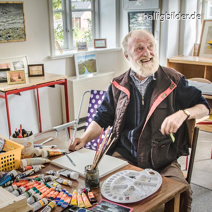 Halligmaler Lorenz Kühn in seinem Atelier