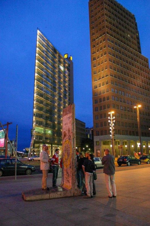 2004, ein Original-Mauerteil ist am neuen Potsdamer Platz stehen geblieben