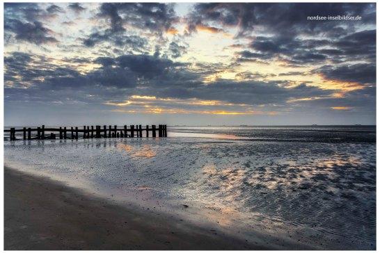 9 Uhr, Blick vom Strand übers Watt zur Hallig Langeneß